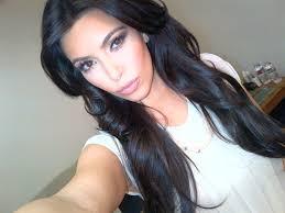 Kim Kardashian nella sua attività preferita: il selfie