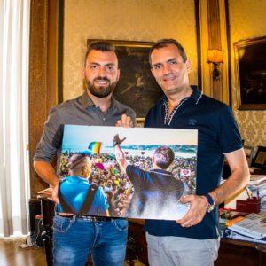 Marco Tancredi consegna una sua foto al sindaco di Napoli Luigi de Magistris
