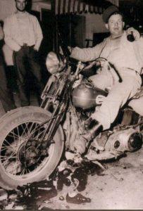 Il biker con due birre in mano immortalato da Life