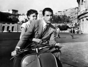 """Gregory Peck e Audrey Hepburn in sella alla Vespa nel film """"Vacanze romane"""""""