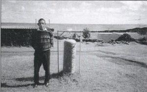 Ernest Repetto, nipote del naufrago Andrea. Nella fotografia (1999) si trova vicino al gong per allertare gli isolani in caso d'incendio.