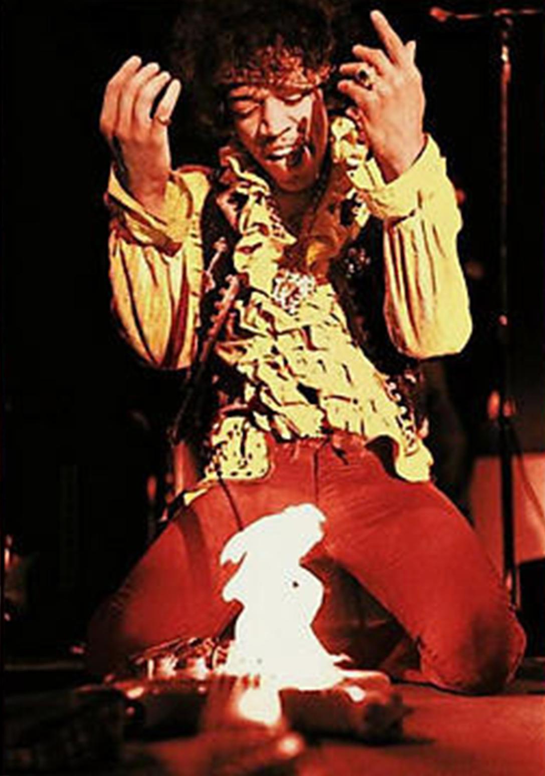 Jimi Hendrix dà fuoco alla sua chitarra alla fine dell'esibizione al Monterey Pop Festival