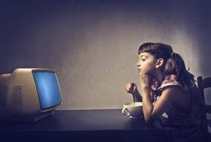 Mangiare davanti alla tv: ecco il nomadismo alimentare