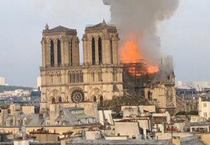 La cattedrale di Notre-Dame in fiamme