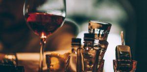 Il binge drinking consiste nell'assumere alcol in grandi quantità in un minimo intervallo di tempo