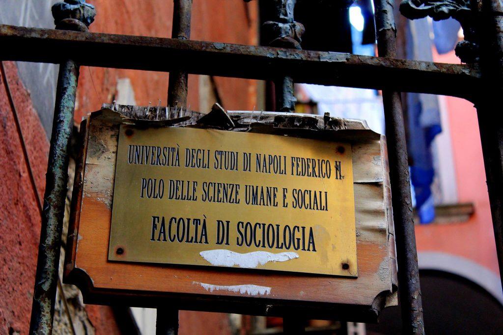vecchia targa storica del dipartimento di scienze sociali di Napoli