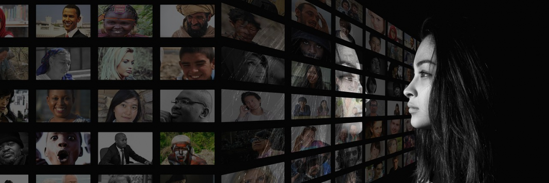 donna si riflette negli schermi televisivi mass media